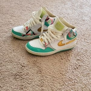 NIKE WHITE MULTICOLOR HIGHTOP SNEAKERS..SIZE 7